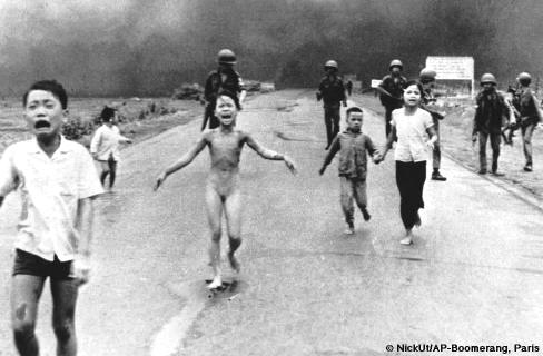 Aunque esta es una foto que se asocia a la tragedia de My Lai, en realidad se trata de otro episodio ocurrido no en 1968 sino en 1972. Hoy la niña que corre despavorida es una embajadora de la UNESCO para la Paz.